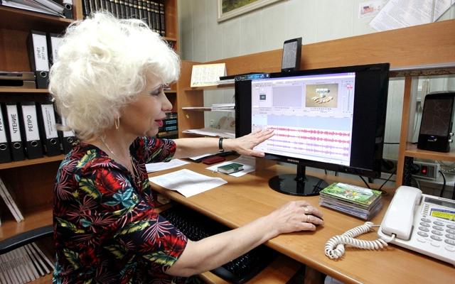 Сотрудник областной библиотеки для слепых Светлана Ходова записывает тифлокомментарий для очередного мультфильма. Фото: Фёдора Баранова.