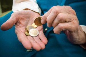 Правительство России предусмотрело материальную помощь пенсионерам от соцзащиты в 2018 году