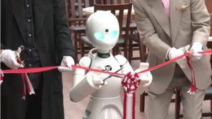 В японском кафе работают роботы, управляемые парализованными людьми