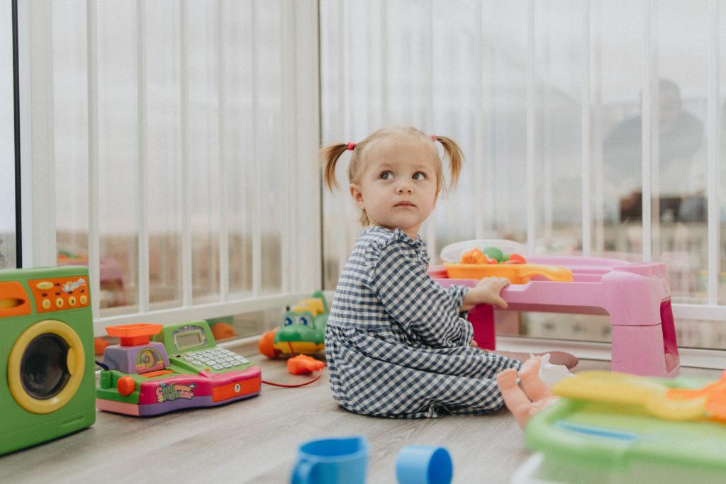 «Если не поставить укол, мы продолжим наблюдать, как дочь разучится стоять, сидеть и, возможно, дышать». Мама ребёнка со СМА – о диагнозе и самом дорогом в мире лекарстве