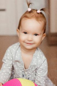 «Дочь пытается встать, но у неё не получается». Есть ли шанс на здоровое будущее у маленькой Алисы?